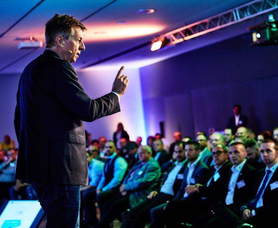 Dirk Schmidt bei einem Motivationsvortrag für Führungskräfe