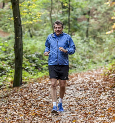 Motivationstrainer Dirk Schmidt beim Joggen im Wald